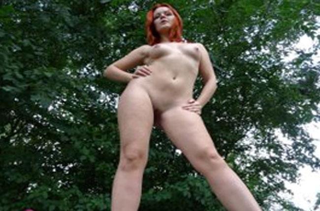 rothaariges-jungluder-zeigt-ihre-rasierte-fotze-beim-ficken